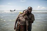 Rohingyas_03<br /> Un hombre abraza a su mujer momentos después de bajarse del barco en el cruzaron el río Naf escapando de la persecución que sufre su pueblo en Myanmar. 01/10/2017