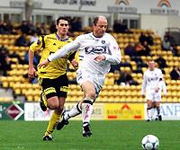 Football, Tippeligaen (eliteserien herrer) 29. april 2001, Lillestrøm - Sogndal 4-1. Asle Hillestad, (foran) Sogndal, og Clayton Zane, Lillestrøm.