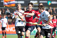 AMSTELVEEN -  Berliner speler Kevin Lim (m) probeert de bal onder controle te krijgentijdens de EHL (European Hockey League) hockeywedstrijd tussen  mannen van Amsterdam en het Duitse Berliner HC (3-2). links Floris Evers, rechts Roc Oliva. ANP  KOEN SUYK