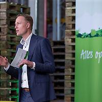 """Nederland, Waddinxveen , 31 oktober 2016.Lidl opent het meest duurzame distributiecentrum van Nederland in Waddinxveen. Bij de bouw is veel aandacht besteed aan duurzaamheid. Zo beschikt het gebouw over 4.000 zonnepanelen, is er een warmte-koude-opslag onder het gebouw om lucht in op te slaan en worden er meer dan 11.000 bomen, planten en struiken rondom het gebouw geplaatst. Jacqueline Cramer sprak tijdens de opening en roemde Lidl om haar inzet op het gebied van duurzaam bouwen.<br />Duurzaamheid. Dat is het sleutelwoord dat Lidl hanteert voor het nieuwste distributiecentrum. Aan de Louis Dobbelmannweg in Waddinxveen is de voorbije maanden een gebouw van 52.000 vierkante meter verrezen, waar - na de opening van aanstaande maandag - werk is voor ongeveer 250 mensen. Het is het zesde distributiecentrum van de Duitse discounter en deze komt in aanmerking voor de hoogst haalbare Breeam-certificering voor duurzame bouw, met maar liefst vijf sterren.<br /> Gezonde toekomst<br /> """"De keuze voor duurzame oplossingen past helemaal in de bedrijfsvisie van Lidl'', zegt regiodirecteur Pieter Breijs. """"Wij beschouwen duurzaamheid als essentieel voor een gezonde toekomst voor ons allemaal. En bovendien geldt dat overal waar we kunnen besparen we onze klanten kunnen laten profiteren.''<br /> BiomassacentraleOp energie wordt er in het pand van drie verdiepingen vooral bespaard door gebruik te maken van restwarmte uit de omgeving. Die is straks afkomstig uit een nog te bouwen biomassacentrale en van tuinders in het Westland.<br /><br />Foto en bijschrift vallen buiten verantwoordelijkheid van de Algemene Nieuwsdienst van het ANP. Foto is vrij van rechten en mag alleen redactioneel gebruikt worden in de context van het bijschrift."""