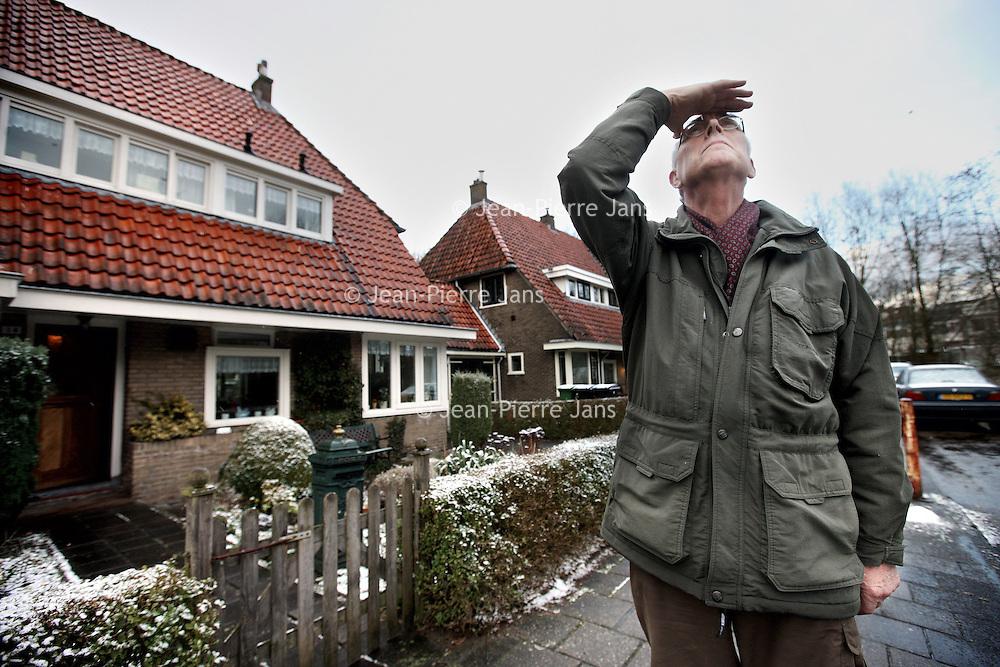 Nederland, Amstelveen , 8 februari 2013..Rob van den Broek (70) die al 30 jaar woont op Jan Tooropplantsoen 14 in Amstelveen is bereid om op de foto te gaan voor het verhaal over Schipholhinder. Ik begreep net dat de Buitenveldertbaan momenteel niet wordt gebruikt, maar als dat wel het geval is komen de vliegtuigen volgens hem redelijk laag over..Foto:Jean-Pierre Jans