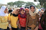 Egyptiske skolebarn ved pyramidene i Giza. Khafre-pyramiden, den nest største av de tre pyramidene i Giza utenfor Kairo, og bare litt mindre enn Kheops-pyramiden. Sfinxen i forgrunnen. Foto: Bente Haarstad