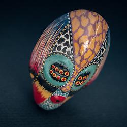 Artesanato de Angola. Máscara colorida em cerâmica.