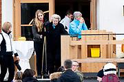 Fotosessie met de koninklijke familie in Lech /// Photoshoot with the Dutch royal family in Lech .<br /> <br /> Op de foto:  Prinses Amalia en Prinses Beatrix /// Princess Amalia and Princess Beatrix