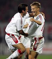 Fotball<br /> VM-kvalifisering<br /> 09.10.2004<br /> Foto: Polfoto/Digitalsport<br /> NORWAY ONLY<br /> <br /> Albania v Danmark<br /> <br /> Martin Jørgensen har scoret til 1-0 i syvende minut af 2. halvleg i Danmarks VM-kvalifikationskamp i Tirana mod Albanien lørdag aften. Han lykønskes af Niclas Jensen