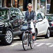 20150615 Chantal Janzen fietsend Amsterdam