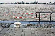 Netherlands, Nijmegen, The Netherlands, 9-1-2018De Waalkade is afgesloten voor verkeer en het water van de Waal, Rijn, klots tegen en soms over de kaderand. Dagjesmensen en nieuwsgierigen komen al kijken,de coupures tussen de Waalkade en de stad zijn afgesloten. Er is wel al wat schade aan de kade, damwand, door wegspoelend zand en er ligt al twee weken een binnenvaartschip aangemeerd met motorpech wat ook schade toebrengt aan de pas vernieuwde kade.Foto: Flip FranssenNijmegen is gearing up for high water. The rising waters of the Rhine, Waal, is tomorrow night at the highest level. . Day trippers and curious, all look and a contractor has the denominations between the Waal River and the city closed.Photo: Flip Franssen