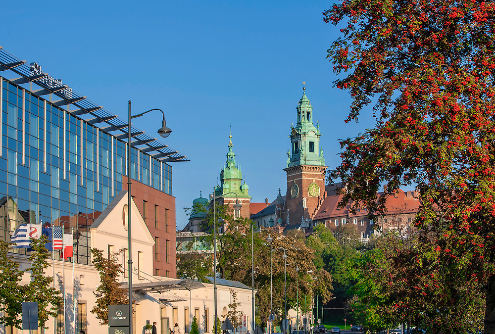 Hotel Sheraton przy ulicy Powiśle w Krakowie, w tle katedra wawelska, Polska<br /> Sheraton Hotel at Powiśle Street in Cracow and Wawel Cathedral in the background, Poland