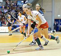 ROTTERDAM -  Donja Zwinkels van MOP aan de bal tijdens de  finale zaalhockey om het Nederlands kampioenschap tussen de  vrouwen  van Amsterdam en MOP.  Amsterdam wint de finale en dus het Kampioenschap.ANP KOEN SUYK