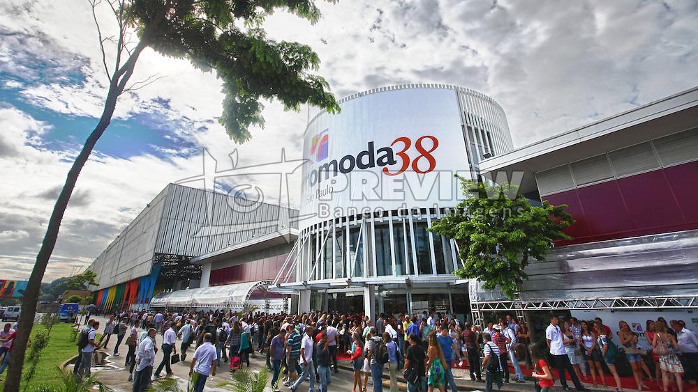 Movimento do público no segundo dia da  COUROMODA 2011, maior feira de calçados e acessórios de moda da América Latina, que acontece de 17 a 20 de janeiro, no Parque Anhembi, em São Paulo. FOTO: Jefferson Bernardes / Preview.com