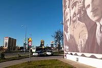 Bialystok, 05.02.2020. Na jednym z blokow mieszkalnych przy ulicy Bema zostal powieszony giga plakat poswiecony majorowi Zygmunt Szendzielarzowi ps Lupaszko dowodcy 5 Wilenskiej Brygady AK. Jego postac wzbudza wiele kontrowersji, jest m.in oskarzany o pacyfikacje litewskiej wsi Dubinki w 1944 roku, gdzie zgineli cywile, w tym kobiety i dzieci. Plakat to wspolna akcja bialostockiego IPN oraz Urzedu Marszalkowskiego N/z po prawej murala z podbiznami ojcow polskiej niepodleglosci Pilsudskim, Dmowskim, Pderewskim i innymi, po lewej w glebi baner poswiecony Lupaszce fot Michal Kosc / AGENCJA WSCHOD