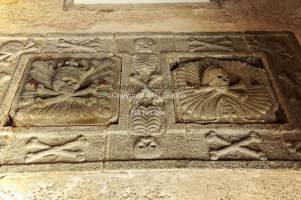 Suisse, canton du Tessin, Val Magia, sol de l'ossuaire de coglio (1765)  // Switzerland, Tecino canton, Val Maggia, ground floor of ossuary of Coglio 51765)