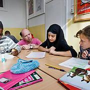 Nederland Rotterdam 23-09-2009 20090923 Foto: David Rozing  Serie over onderwijs, het Libanon Lyceum Kralingen,  openbare scholengemeenschap voor mavo, havo en vwo. Lesuur nederlands, leraar geeft uitleg aan leerling aan tafel. Orde houden, een vraag stellen.   , teaching, tekst, the netherlands, the netherlands vaardigheden, toekomst, toelichten, toelichting geven, uitleg, uitleg geven, uitleggen, vaardigheden, vaardigheid, voor de klas staan, voortgezet, writing, young, Youth, zelfstandig werken                                                      .Foto: David Rozing