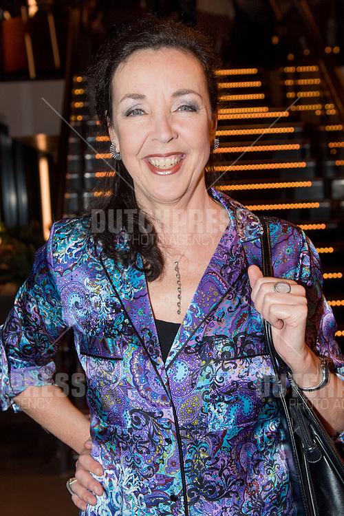 Frederique Sluyterman van Loo tijdens de premiere van Karin Bloemen Souvenirs in het Zaantheater in Zaandam.