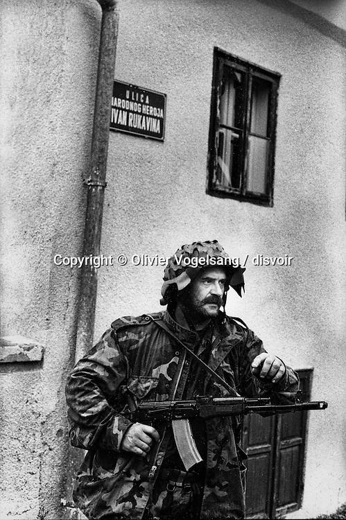 Croatie. Sisak. Militaire croate en tenue d'assault sur la route Sisak-Petrinja.
