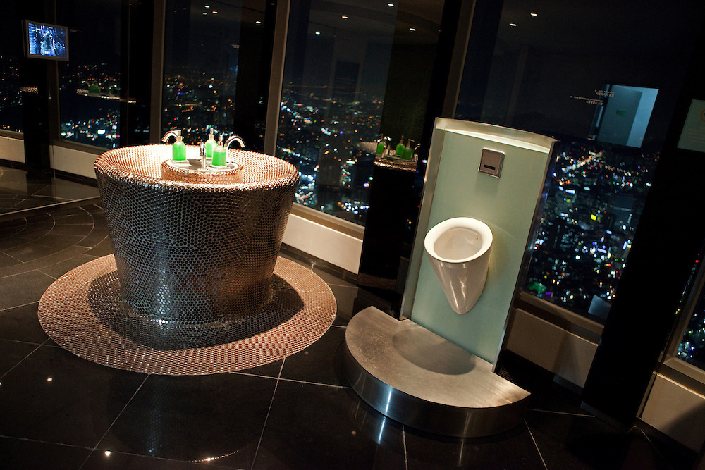 Herren Toiletten auf der oberen Aussichtsplattform des N Seoul Towers. Der N Seoul Tower ist ein der Öffentlichkeit zugänglicher Fernsehturm in der südkoreanischen Hauptstadt Seoul. Der 236,7 Meter hohe Turm steht auf 243 m ü. N.N. des Berges Namsan.<br /> <br /> Gentlemen restrooms at the observation deck of N Seoul Tower in the Korean metropolis.  N Seoul Tower is a communication tower located in Seoul, South Korea. Built in 1969, and opened to the public in 1980, the tower measures 236.7 m (777 ft) in height (from the base) and tops out at 479.7 m (1,574 ft) above sea level.