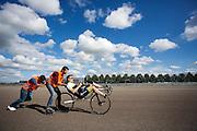 In Lelystad oefent Robert Braam voor het eerst een start. Hij vervangt Rik Houwers die door een blessure het team heeft moeten verlaten. In september wil het Human Power Team Delft en Amsterdam, dat bestaat uit studenten van de TU Delft en de VU Amsterdam, een poging doen het wereldrecord snelfietsen te verbreken, dat nu op 133 km/h staat tijdens de World Human Powered Speed Challenge.<br /> <br /> With the special recumbent bike the Human Power Team Delft and Amsterdam, consisting of students of the TU Delft and the VU Amsterdam, also wants to set a new world record cycling in September at the World Human Powered Speed Challenge. The current speed record is 133 km/h.