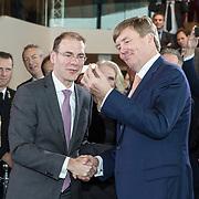 NLD/Amsterdam/20190314  - Koning bij viering 100 jaar Luchtvaart  in Nederland, Koning Willem Alexander en Menno Snel bekijken het zojuist geslagen herdenkingsmuntje