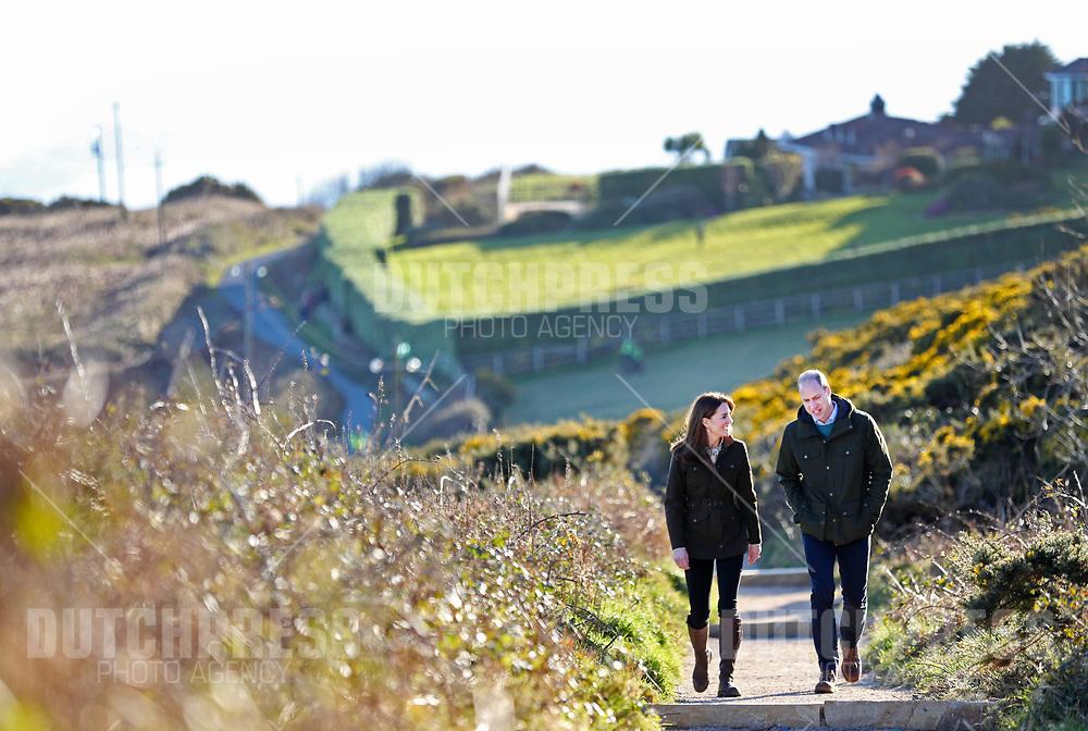 DUBLIN - Prins William en Catherine, Hertog en Hertogin van Cambridge bij een wandeling door Howth Cliff, Dublin.