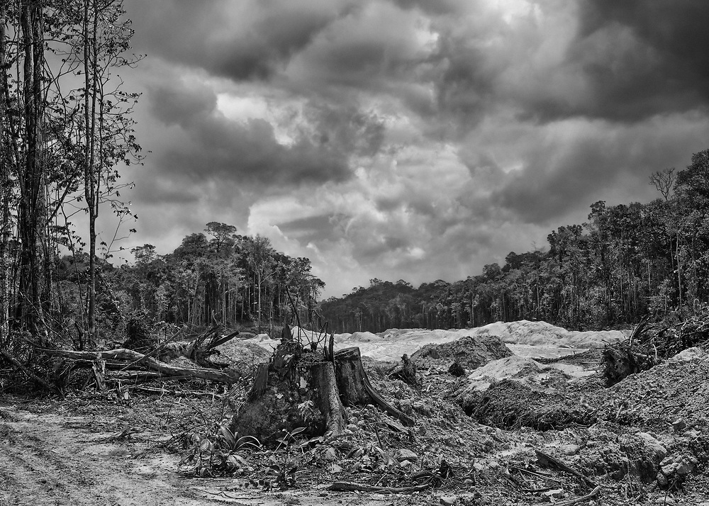 Saint-Elie, Guyane, 2015.<br /> <br /> Concession minière. Saint-Elie est un des plus anciens villages de l'intérieur guyanais, créé par l'orpaillage au XIXe siècle. Pratiquement déserté et très fortement enclavé, Saint-Élie a connu sa période de gloire avec la saga de l'orpaillage illégale au début des années 2000. Plusieurs centaines de clandestins Brésiliens s'y installent. Le bourg devient hors de contrôle. En 2008, l'opération Harpie menée par les Forces Armées en Guyane oblige les clandestins à quitter les lieux et 22 commerçants de Saint-Élie sont appelés à comparaître pour complicité d'orpaillage illégal. Saint-Élie devient un village fantôme avec ses 38 électeurs inscrits