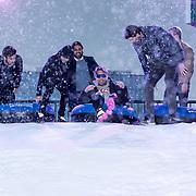 NLD/Amsterdam/20191003 - Lancering Het Amsterdamse Winterparadijs, Xander de Buisonje, Lil Kleine en Bas Smit glijden met een band van de besneeuwde helling