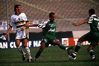 Fotball<br /> Algerie v Sør Afrika<br /> Foto: imago/Digitalsport<br /> NORWAY ONLY<br /> <br /> 02.02.2000<br /> Amrouche Rezki  (re.) erhält von Meftah Mahieddine (beide Algerien, Mitte) ein Zuspiel, links daneben Glen Salmon (Südafrika)
