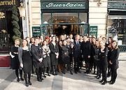 Photo de groupe pour la journée de la femme devant le pop-up store Guerlain, Paris, le 8 mars 2012. Photo : Lucas Schifres/Pictobank