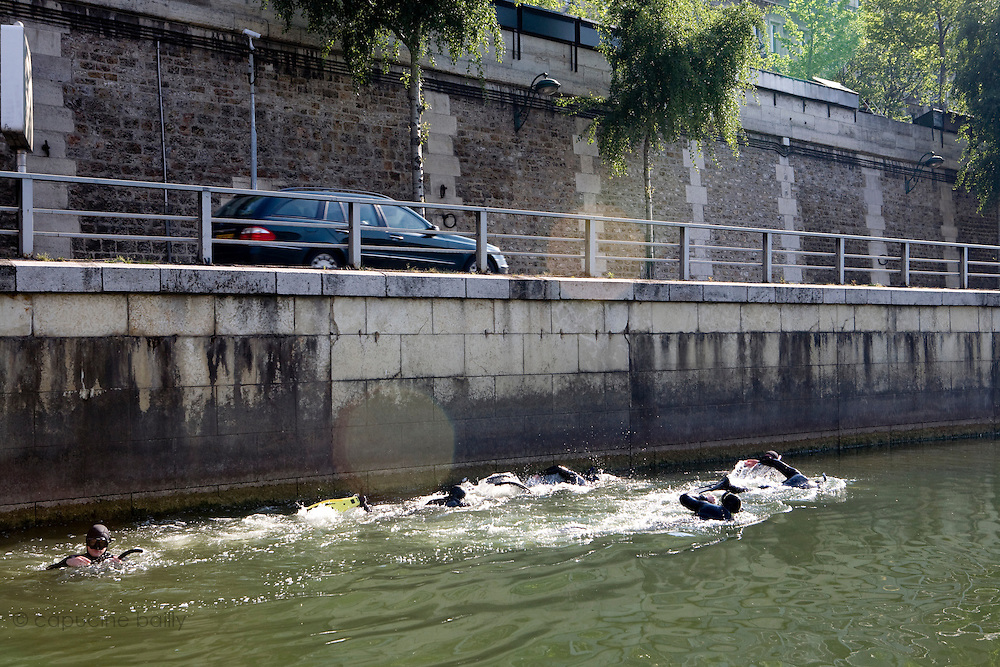 Paris, France. 1er Mai 2009..Brigade Fluviale de Paris..9h50 En entrainement de natation (pendant une heure environ)...Paris, France. May 1st 2009..Paris fluvial squad..9:50 am Swimming training (about an hour)..