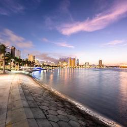 A Marginal de Luanda, Av. 4 de Fevereiro, ao final do dia. Angola