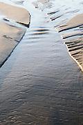 Structuren op het strand die ontstaan door de getijdenwisseling | Structures on the beach created by the change of tides.