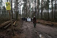 Postolowo, Puszcza Bialowieska, 30.12.2017. Zimowy Spacer Obywatelski w Puszczy . Akcja zostala zorganizowana po tym , jak Nadlesnictwo Hajnowka zamknelo dla turystow kolejne obszary lesne . Protestujacy uwazaja , ze przyczyni sie do zmniejszenia zainteresowania Puszcza turystow a tym samym po raz kolejny oslabi branze turystyczna w regionie Puszczy Bialowieskiej N/z uczestnicy marszu przy tablicy zakazujacej wejscia ze wzgledow bezpieczenstwa fot Michal Kosc / AGENCJA WSCHOD