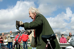 09-04-2006 ATLETIEK: FORTIS MARATHON: ROTTERDAM<br /> De 26e editie van de marathon van Rotterdam - Een fietser beloopt het parcour<br /> ©2006-WWW.FOTOHOOGENDOORN.NL