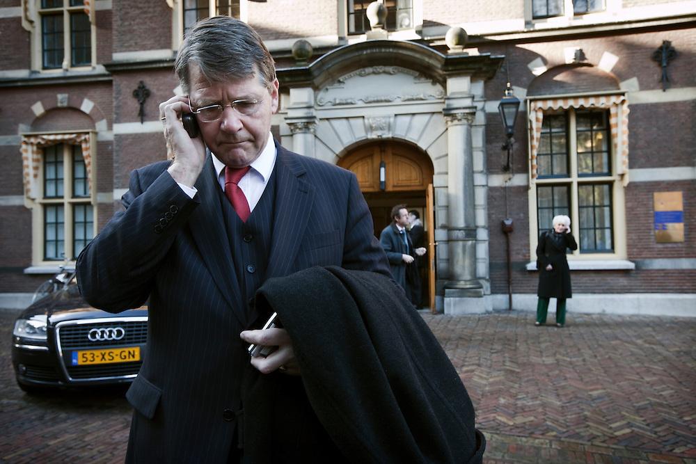 Nederland.Den Haag, 13 februari 2009.<br /> Na afloop van de ministerraad. Piet Hein Donner belt,  minister Cramer wacht op haar chauffeur.<br /> Foto Martijn Beekman<br /> NIET VOOR PUBLIKATIE IN LANDELIJKE DAGBLADEN.