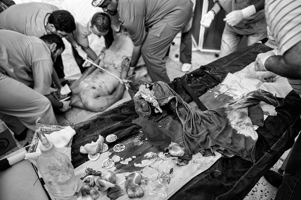 Libye, Syrte le 24-09-11 De très violents combats ont opposé les combattants pro CNT et les forces loyalistes dans le bastion pro Kadahafi. L'hôpital de campagne sur la ligne de front a dû faire face à l'urgence avec les moyens du bord.