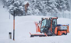 THEMENBILD - ein Räumfahrzeug beim Schneeräumen eines Fußgängerweges, aufgenommen am 29.01.2015 in Viehhofen, Österreich // A small snow- clearing vehicle removes the snow from the footpath in Viehhofen, near Saalbach, Austria on 2015/01/29. EXPA Pictures © 2015, PhotoCredit: EXPA/ JFK