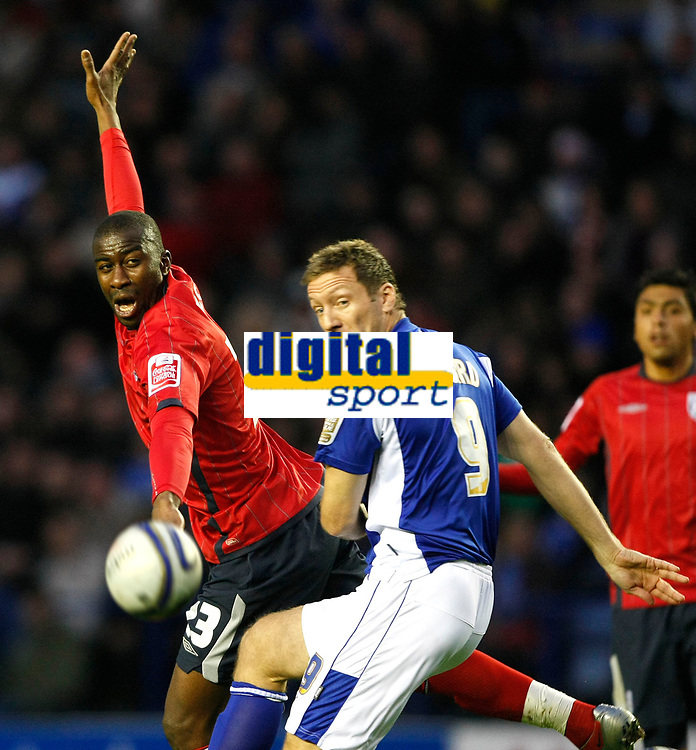 Photo: Steve Bond/Richard Lane Photography. Leicester City v West Bromwich Albion. Coca Cola Championship. 07/11/2009. Abdoulaye Meite (L) stretches as Steve Howard looks for goal