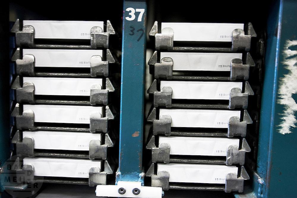De fabricage van de Impossible film in Enschede (hier de capsules met de ontwikkelchemie). Impossible Project maakt sinds maart 2010 weer direct klaar film voor oude Polaroid camera's. De produktie van de Polaroid was in 2008 gestopt. Florian Kaps en André Bosman startte daarop Impossible Project en ontwikkelde binnen een jaar een nieuwe film