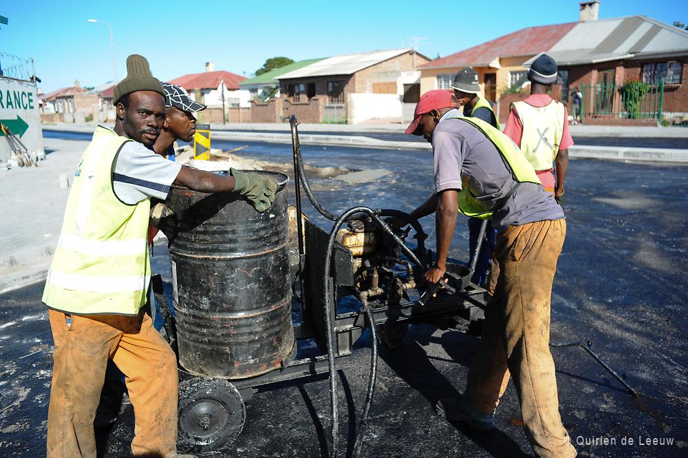 Rondom het nieuwe Nelson Mandela stadion in Port Elizabeth zijn wegwerkers bezig met de nieuwe infrastructuur.