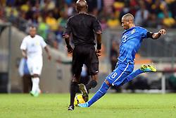 Fernandinho em lance da partida entre Brasil x África do Sul, no Estádio Soccer City, em Joanesburgo. FOTO: Jefferson Bernardes/ Agência Preview
