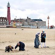 Nederland, Scheveningen, 18-9-2012Verschillende mensen vermaken zich op het strand op dee laatste mooie stranddag in september.Foto: Flip Franssen/Hollandse Hoogte