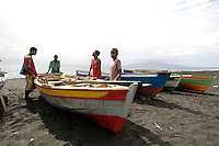 09 JAN 2006, SAO FELIPE/FOGO/CAPE VERDE:<br /> Fischer landen ihr Boot am Strand an, in der Naehe von  Sao Felipe, Insel Fogo, Kapverdischen Inseln<br /> Fisherman ar elanding with their boats on the beach, near to Sao Felipe,  island Fogo, Cape verde islands<br /> IMAGE: 20060109-01-028<br /> KEYWORDS: Travel, Reise, Natur, nature, Meer, sea, seaside, Küste, Kueste, coast, cabo verde, Dritte Welt, Third World, Kapverden, Fischfang, Boote, Schiff