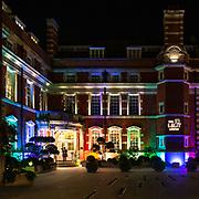 Le luci colorate dell'Hotel Lalit, nei pressi del famoso Tower Bridge a Londra<br /> <br /> The coloured lights of the Lalit Hotel, near the famous Tower Bridge in London.
