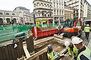 Engeland, Londen, 10-4-2019Straatbeeld van het centrum van de stad. Arbeiders van een gasbedrijf repareren een lek in de hoofd gasleiding in de grond . Arbeid, werk, werkgelegenheid,personeel .Foto: Flip Franssen