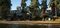 10.2016 Augustow woj podlaskie Modernistyczny Oficerski Yacht Club zaprojektowany przez Juliusza Nagorskiego w latach 30-tych XX wieku zostal oddany do uzytku w 1935 roku . Jest to jeden z najciekawszych i najcenniejszych zabytkow polskiego modernizmu . Po wojnie , do lat 90-tych , byl tu Wojskowy Dom Wypoczynkowy (WDW ) , obecnie jest tu dom wczasowy Oficerski Yacht Club R.P. Pacific WDW N/z osrodek widziany od strony Jeziora Bialego fot Michal Kosc / AGENCJA WSCHOD