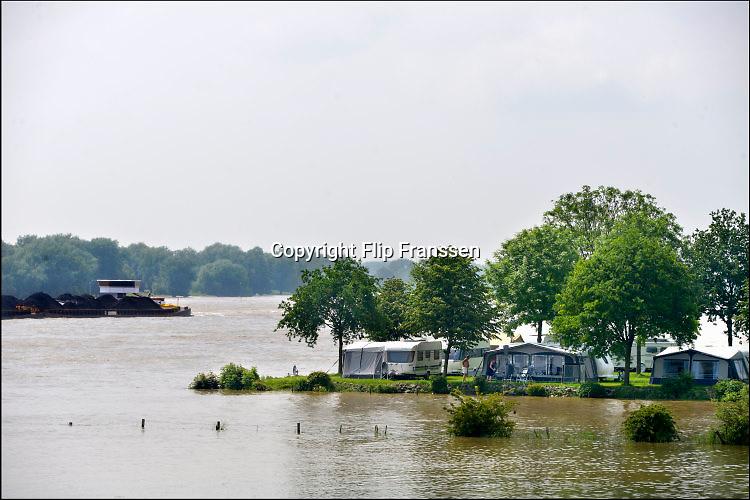 Nederland, Slijk Ewijk, 3-6-2016 Op camping de Grote Altena  is  het hoogwater in de Waal tot aan de standplaatsen van caravans en tenten gestegen door de hoosbuien, onweersbuien, regen die in Duitsland is gevallen. Men verwacht dat zondag het peil weer gaat zakken.Foto: Flip Franssen
