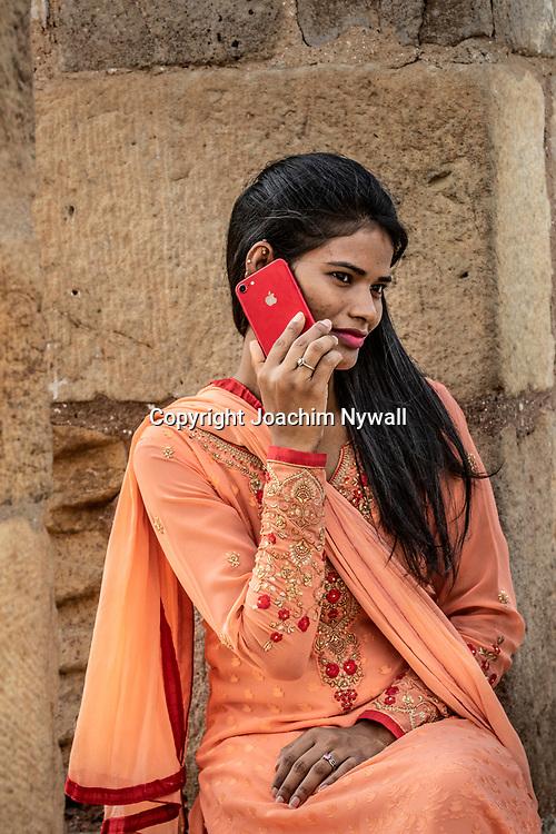 2019 09 26 Delhi India<br /> Qutab Minar är en minaret i den indiska huvudstaden Delhi,<br /> Kvinna som pratar i mobiltelefon<br /> <br /> ----<br /> FOTO : JOACHIM NYWALL KOD 0708840825_1<br /> COPYRIGHT JOACHIM NYWALL<br /> <br /> ***BETALBILD***<br /> Redovisas till <br /> NYWALL MEDIA AB<br /> Strandgatan 30<br /> 461 31 Trollhättan<br /> Prislista enl BLF , om inget annat avtalas.