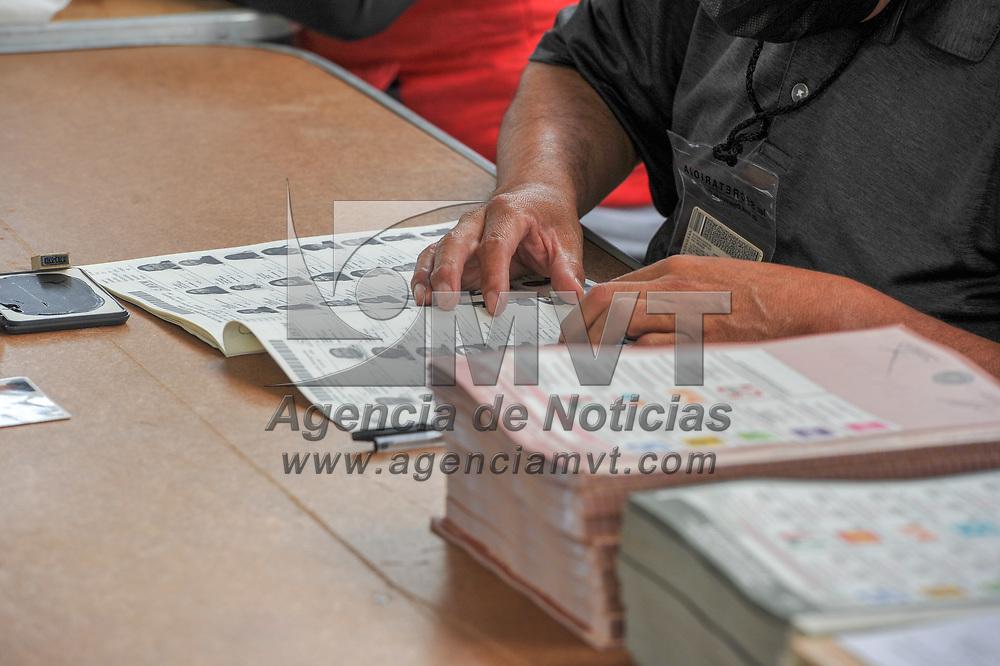 Metepec, México.- Aspectos de la votación en la casilla electoral ubicada en la delegación de San Salvador Tizatlalli. Agencia MVT / Mario Vázquez de la Torre.