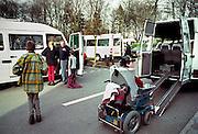 Nederland, Nijmegen, 15-10-2002..Gehandicaptenvervoer. leerlingen van een school voor gehandicapten bij de St Maartenskliniek worden met busjes opgehaald. Vervoer gehandicapten. Veiligheid, taxibus, vergoeding, ziekenfonds..Foto: Flip Franssen/Hollandse Hoogte
