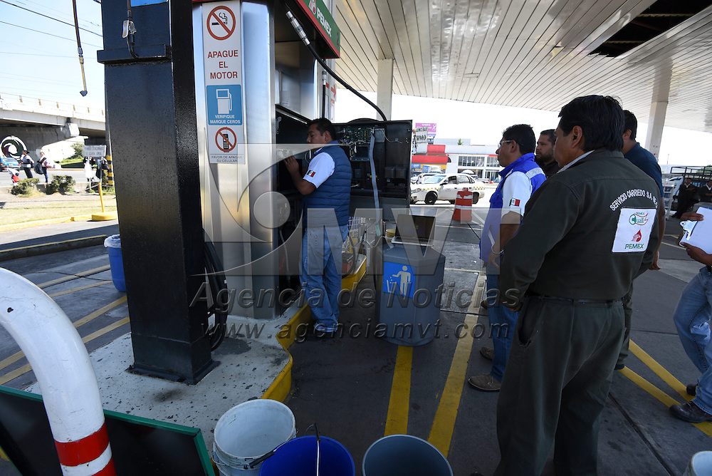 Lerma, México (Noviembre03, 2016).- Verificadores de PROFECO realizaron inspección en la gasolinera de la entrada de San Pedro Tultepec, en Lerma, para verificar que las bombas de gasolina despacharan de forma correcta.  Agencia MVT / Crisanta Espinosa