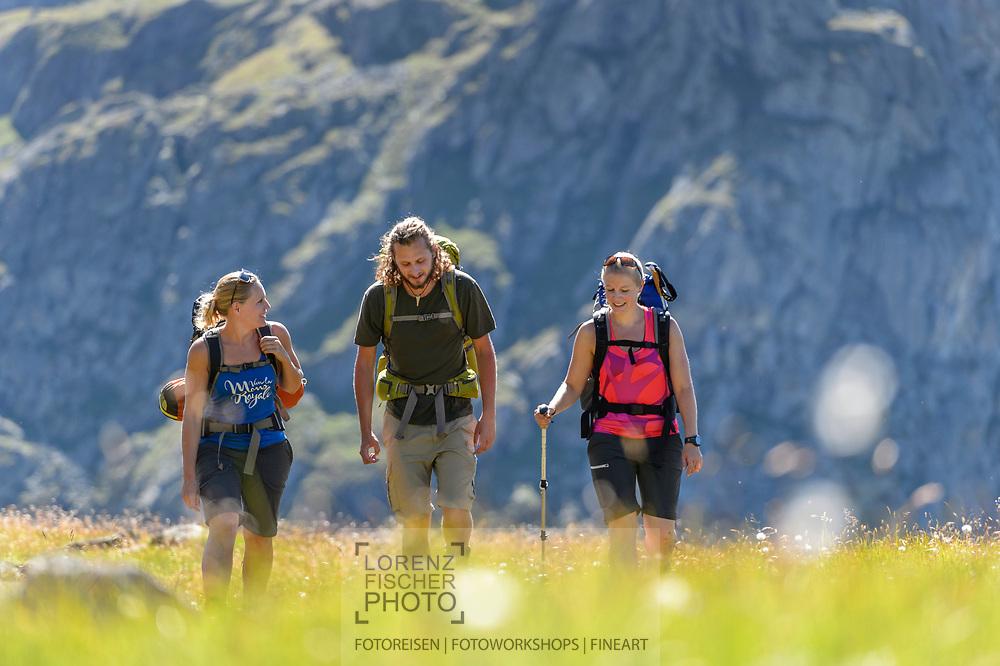 Ein Mann und zwei Frauen beim Wandern im Val Bercla nahe von Bivio an einem schönen Wochenende im August, Surses, Graubünden, Schweiz<br /> <br /> Mountain hiking in the Val Bercla close to the village of Bivio on a sunny day in August, Surses, Grisons, Switzerland